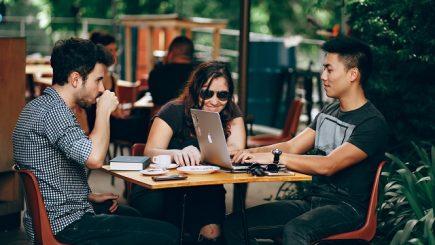 Studiu: Cel puțin 4 zile pe lună, angajații români lucrează din afara biroului