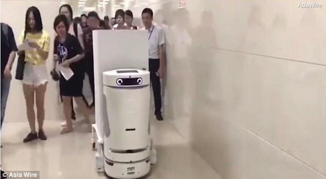 Spitalul în care lucrează mai mulţi roboţi. Fiecare face munca a patru oameni