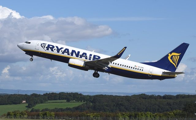 Ryanair angajează 100 de însoţitori de bord