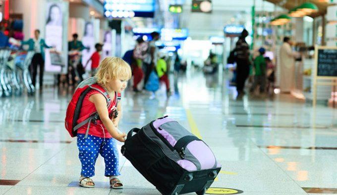 Ghid de supraviețuire pentru părinții care pleacă cu copiii în vacanță