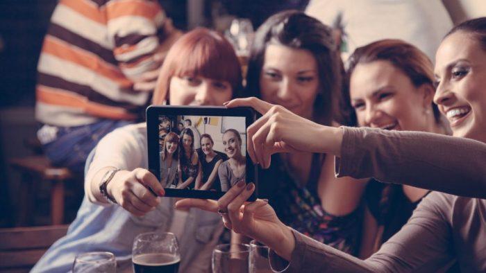 Ce spun psihologii despre nevoia de selfie?