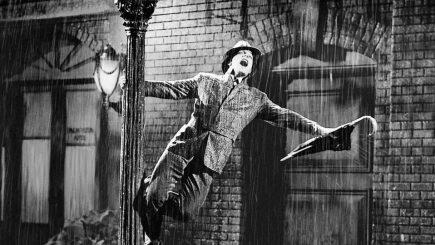 """""""SINGIN' IN THE RAIN"""". Nici vorbă de umbrelă"""