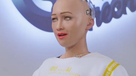 Începe competiția. Robotul Sophia, implicat într-o campanie de promovare a unui retailer din România