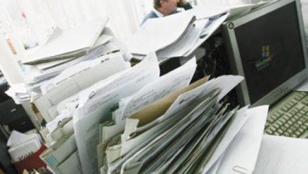Plimbatul hârtiilor este stresant. Funcţionarii publici vor primi spor de stres de 50% din salariu