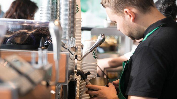 Starbucks vrea să ajungă la aproape 1000 de angajați în următorii doi ani