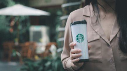 Starbucks închide cafenelele și își duce angajații la cursuri
