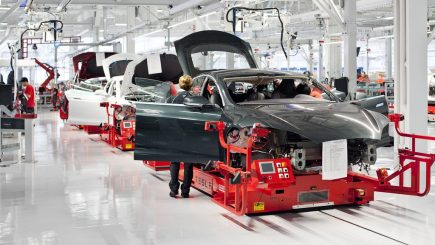 Angajaţii Tesla muncesc până la epuizare – Dezvăluri din fabrica patronată de Elon Musk