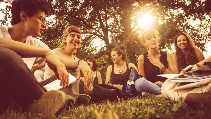 Cum pot fi convinși tinerii să rămână în România?
