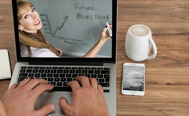 O platformă care oferă cursuri online se lansează în România