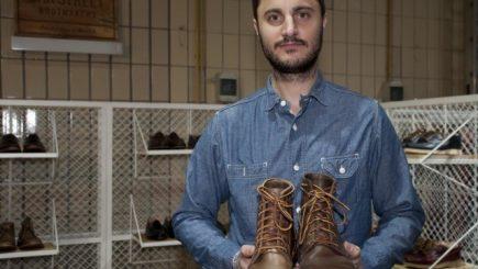 Lustruia ghetele în fiecare sâmbătă în atelierul de cizmărie al tatălui său. Acum face pantofi pentru staruri