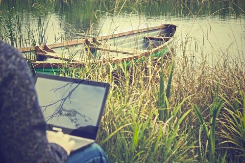 Chiar trebuie să fim la birou zi de zi? 4 sfaturi pentru cei care vor să lucreze de acasă sau să aibă un program flexibil