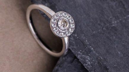 A lucrat în diplomaţie şi a lansat în urmă cu 13 ani propriul atelier de bijuterii de lux lucrate manual