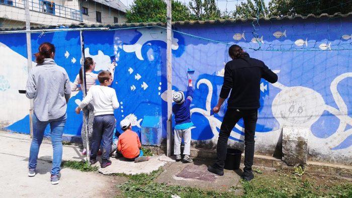 Au pictat un zid: O acțiune de voluntariat la care au muncit 11 copii și 7 voluntari, timp de 40 de ore