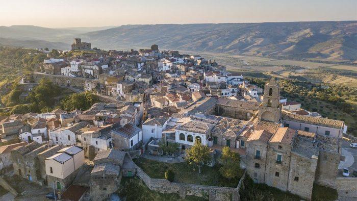 Airbnb te plăteşte să locuieşti 3 luni într-un sat idilic din Italia