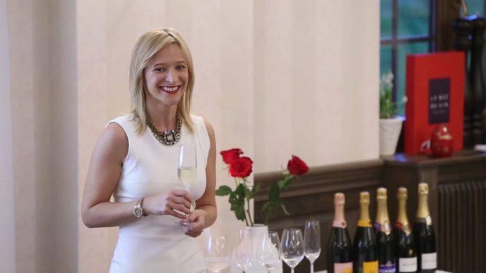Cu bucurie și cu șampanie! O femeie a cărei poveste evidențiază modul de a trăi viața