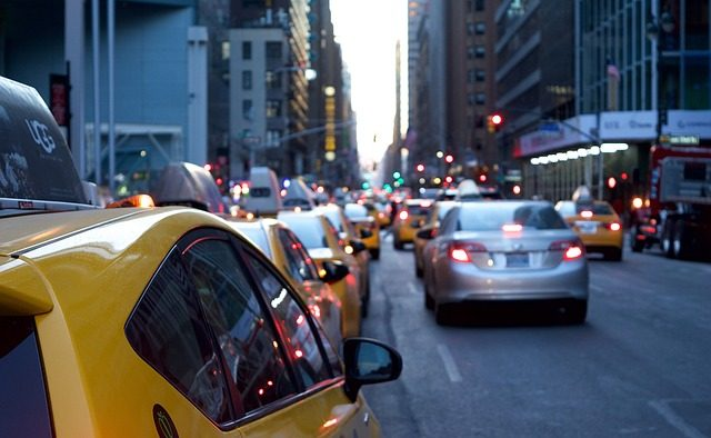 Sondaj: Cât durează naveta acasă-muncă și înapoi?