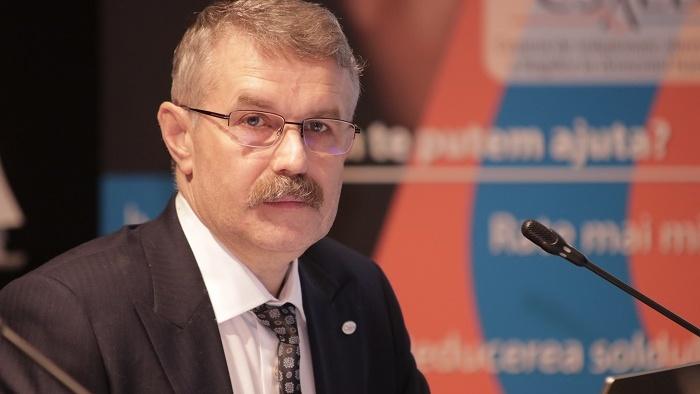 Învățătorul care-i ajută pe români să se împace cu băncile